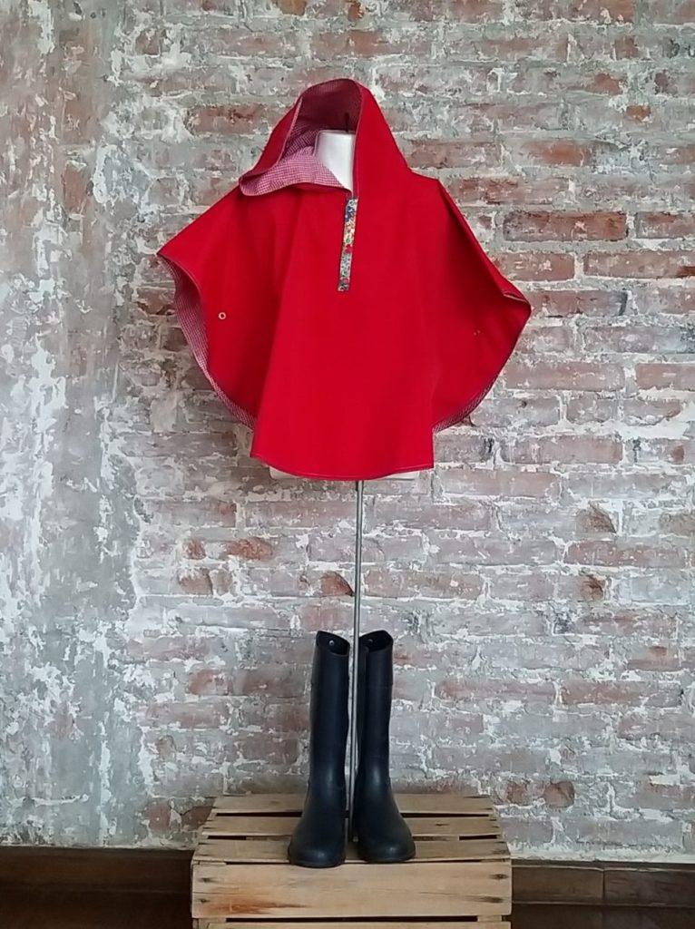 Divertidas y bien vestidas con Panchola y Calcetina - capa-de-lluvia-roja-divertidas-y-bien-vestidas-con-panchola-y-calcetina