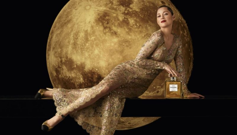 Chanel Nº5, la legendaria fragancia, se adentra en una nueva era con Marion Cotillard - chanel-no5-la-legendaria-fragancia-se-adentra-a-una-nueva-era-con-marion-cotillard-chanel-marion-cotillard-moon-chanel-france-fragance-chanel-beauty-chanel-google-amazon-christmas-navidad-belleza-3