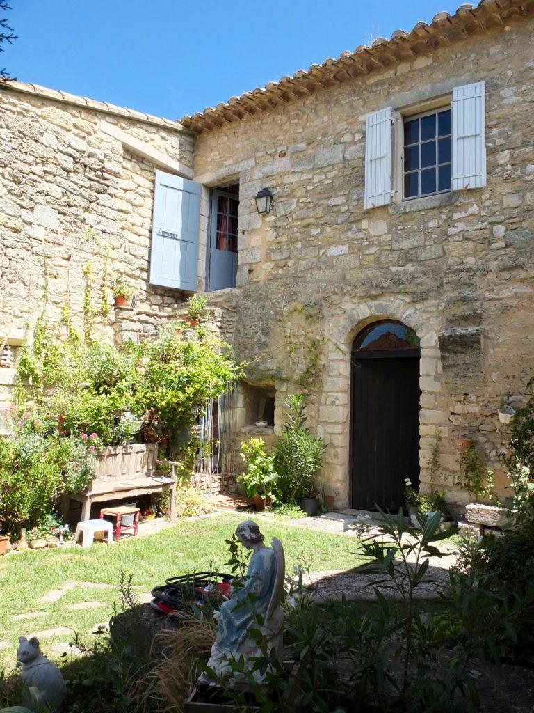 5 lugares en Airbnb con vista espectacular - foto-2-casa-en-el-pueblo-medieval-de-luberon-provenza-alpes-costa-azul-francia-5-airbnbs-si-estasa-buscando-una-vista-espectacular