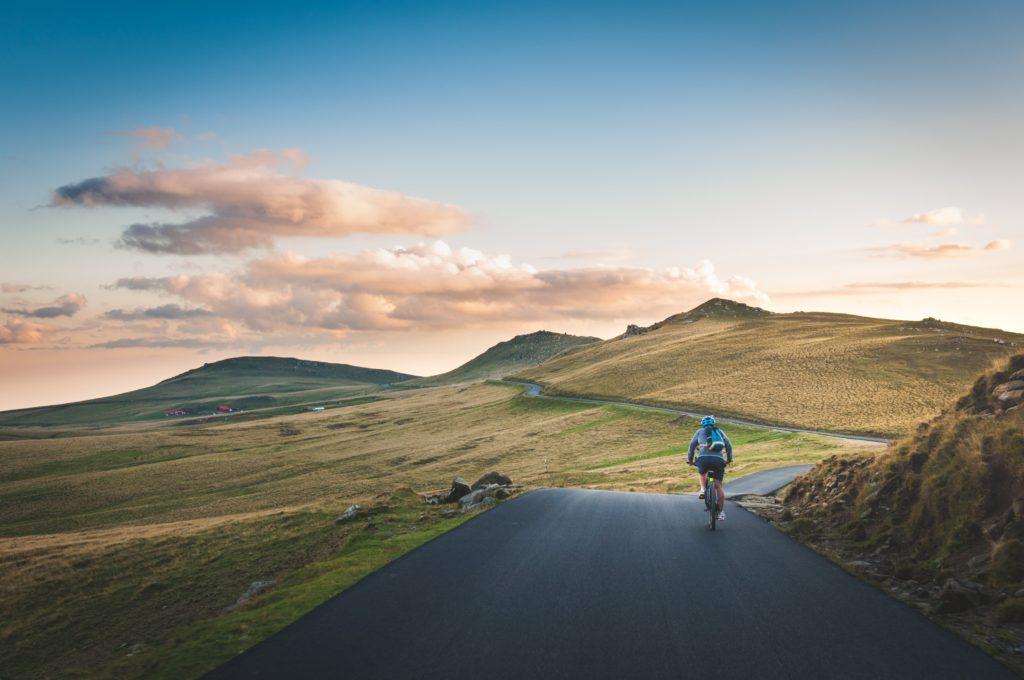 9 destinos fuera de serie para recorrer en bicicleta - Portada 9 destinos fuera de serie para recorrer en bicicleta recorrido dia internacional de la bici google viajes verano a donde viajar como viajar precauciones para viajar verano coronavirus vacuna google