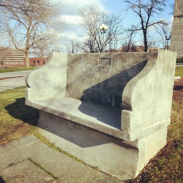 10 spots para visitar y tener buena suerte (solo si das un beso) - the-kissing-bench-syracuse-nyc-5-spots-para-visitar-y-tener-buena-suerte-solo-si-te-das-un-beso