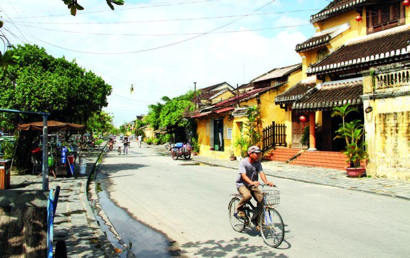 Vietnam: Hoi An y las montañas de mármol - hoi-an-ciudad-locales-bici