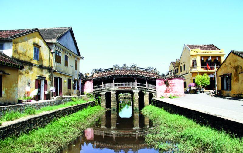 Vietnam: Hoi An y las montañas de mármol - hoi-an-puente-ciudad-tipico