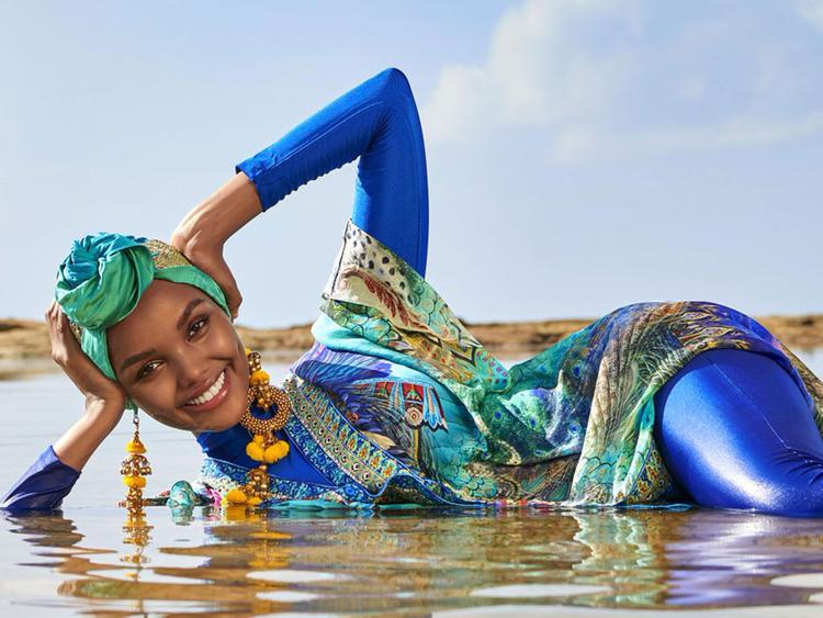 La primera modelo en aparecer en hiyab y burkini en Sports Illustrated