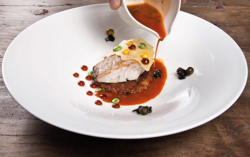 The Gourmet Masters: golf y gastronomía en su máxima expresión - hotbook_hbnews_gourmet_millesime_pescado-a-baja-temperatura-reduccion-de-sudado-intenso-caldo-de-pescado-con-cilantro-y-picante-crujiente-de-yuca-vongole