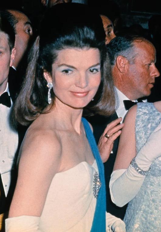 Los outfits más emblemáticos de Jackie Kennedy, ícono de moda - los-outfits-mas-emblematicos-de-jackie-kennedy-un-icono-de-moda-google-instagram-tiktok-google-online-coronavirus-vacuna-google-verano-covid-foto-moda-fashion-icon-13