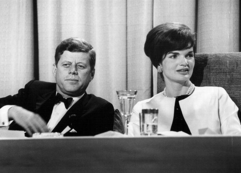 Los outfits más emblemáticos de Jackie Kennedy, ícono de moda - los-outfits-mas-emblematicos-de-jackie-kennedy-un-icono-de-moda-google-instagram-tiktok-google-online-coronavirus-vacuna-google-verano-covid-foto-moda-fashion-icon-16