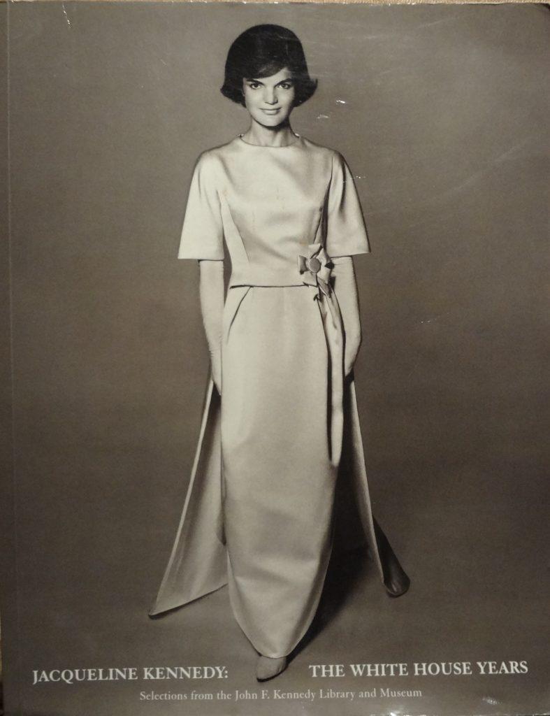 Los outfits más emblemáticos de Jackie Kennedy, ícono de moda - los-outfits-mas-emblematicos-de-jackie-kennedy-un-icono-de-moda-google-instagram-tiktok-google-online-coronavirus-vacuna-google-verano-covid-foto-moda-fashion-icon-3