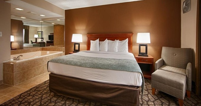 King room with whirlpool tub in Best Western Detroit Livonia hotel