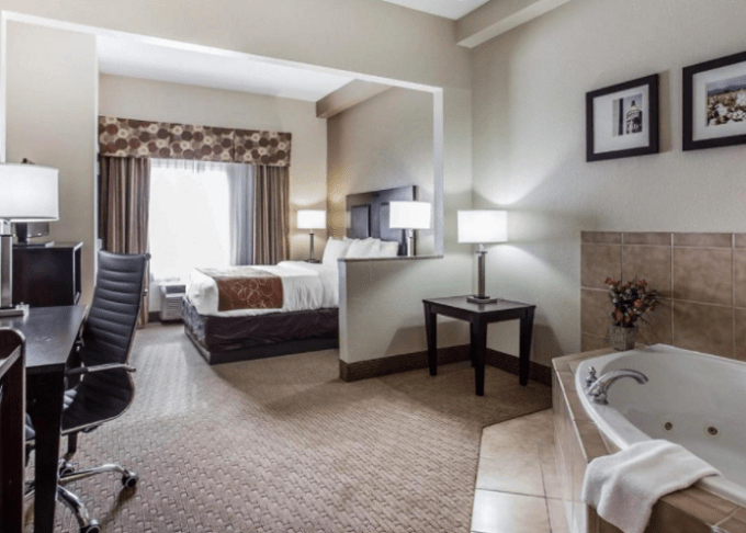 Room with Whirlpool tub in Comfort Suites Morrow- Atlanta South Hotel