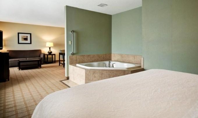 Room with Whirlpool tub in Hampton Inn & Suites Detroit-Canton