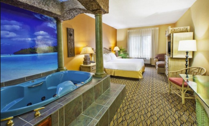 Room with a big hot tub in Holiday Inn Express Hotel & Suites – Belleville Area - Detroit hotel