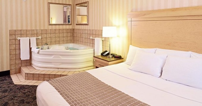 Suite with a private hot tub in the room in LivINN Hotel Cincinnati North - Sharonville