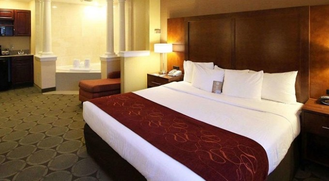 king suite with hot tub in Comfort Suites North Brunswick, NJ hotel