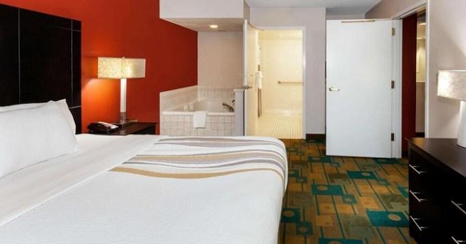 Hot tub suite in La Quinta by Wyndham Milwaukee Bayshore Area Hotel