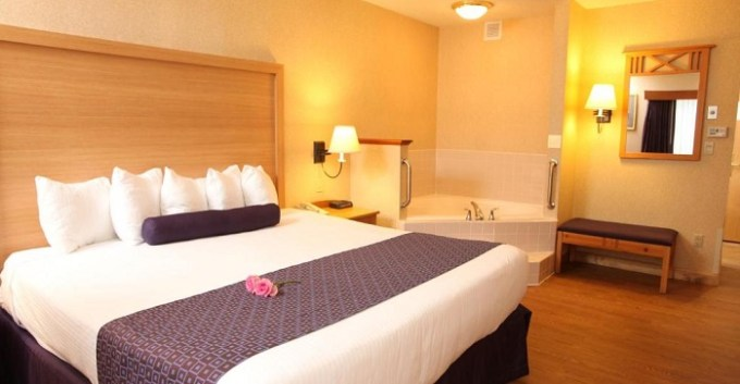 King room with a whirlpool tub in Best Western PLUS Executive Court Inn & Conference Center, Manchester, NH hotel