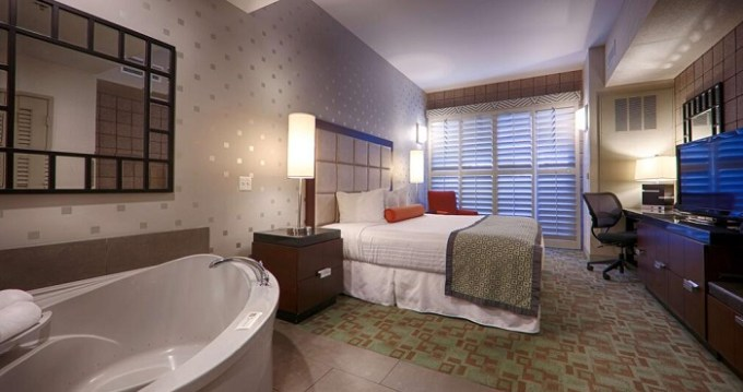King suite with a hot tub in Best Western Plus Sundial, Scottsdale hotel, AZ