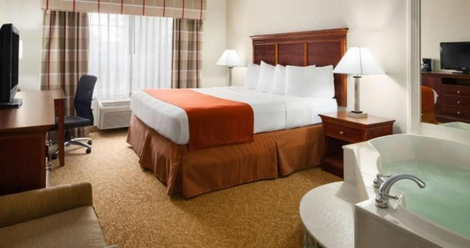 King suite with a hot tub in Country Inn & Suites by Radisson, Grand Rapids Airport, MI Hotel