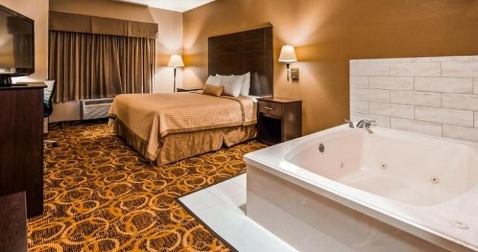 Hot tub suite in Best Western Northwest Inn, Dallas, Texas