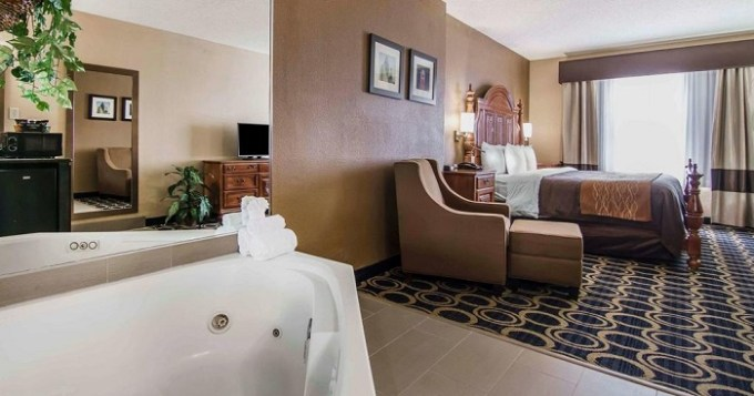 Suite with a Hot Tub In The Room In Quality Inn & Suites I-35 E-Walnut Hill