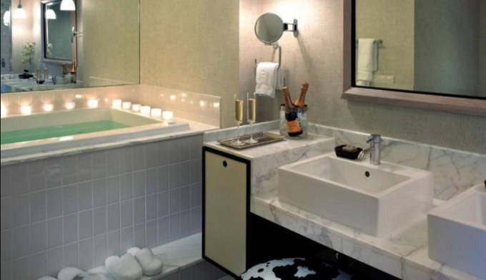 Suite with a jetted tub in The Highland Dallas, Curio Collection by Hilton hotel