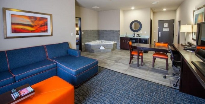 Suite with hot tub n Holiday inn Express & Suites Oklahoma City Southeast hotel