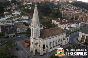No coração da cidade, a imponente Matriz chama atenção com seu estilo neo-gotico, trazendo mais beleza e tradição ao centro urbano da cidade.