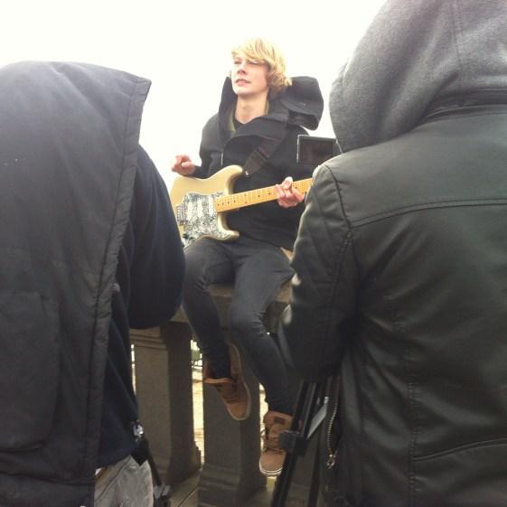 Gitarrist Merlin muss so tun als ob