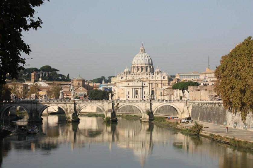 Imagem de igreja do Vaticano com um lago