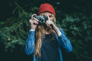 Imagem de moça tirando foto