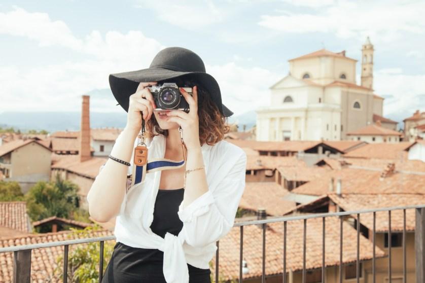 Imagem de turista tirando fotos