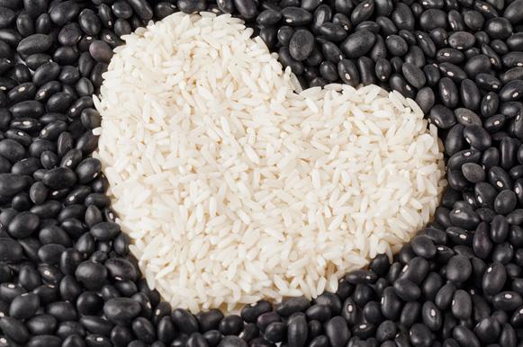 imagem de coração feito de arroz e feijão