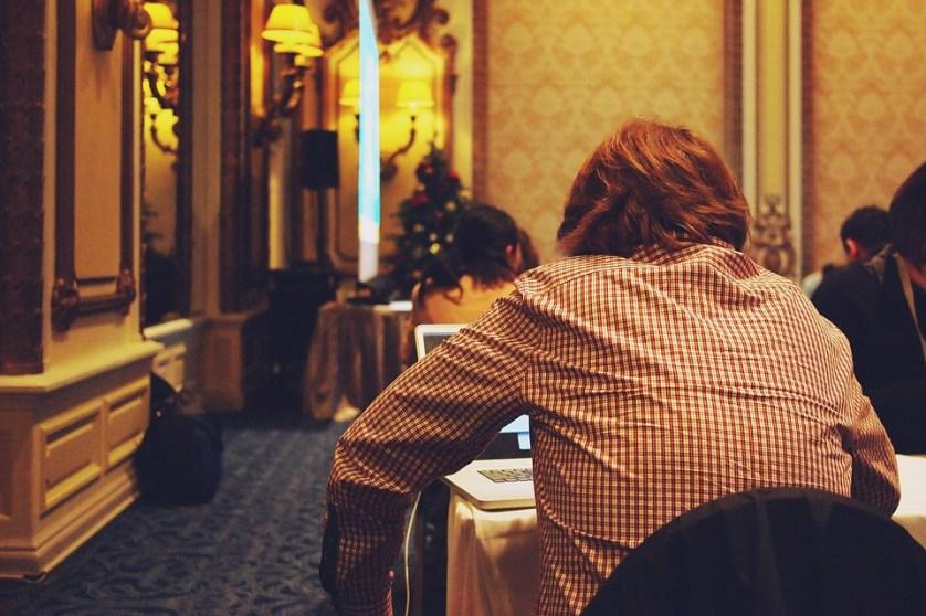 imagem-de-empresario-em-mesa-de-hotel