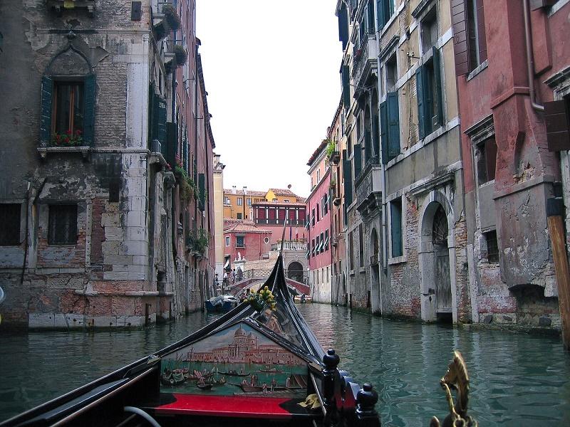 imagem-de-barco-no-rio-de-veneza