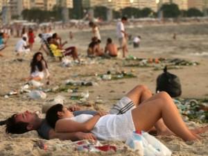 imagem-de-turistas-na-praia