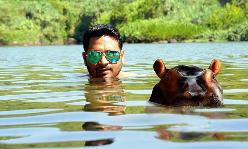 imagem-de-turista-nadando-com-hipopotamo
