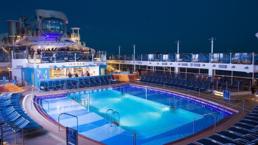 imagem-de-piscina-no-navio