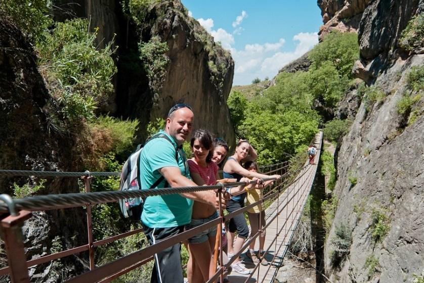 imagem-de-ponte-pencil-com-turistas