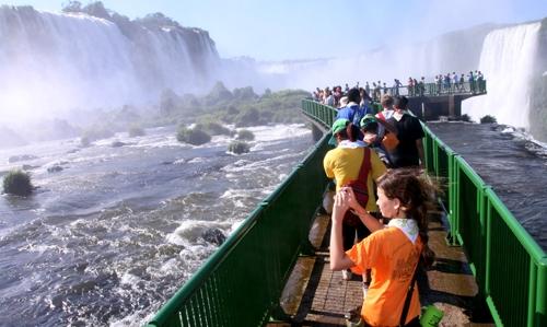 imagem-de-passarela-com-turistas-observando-as-cataratas