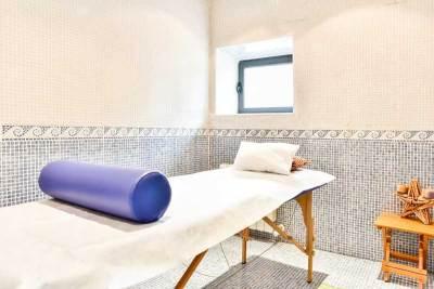 sala de masajes con camilla