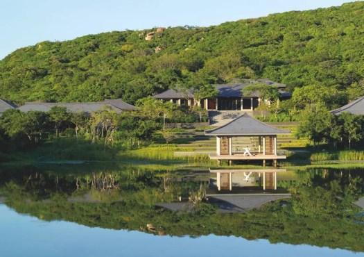 Au bord du lac Lotus ceint de forêt, le Spa disperse ses différents pavillons. Au lever et au coucher du soleil, on y pratique, en plein air, le yoga.