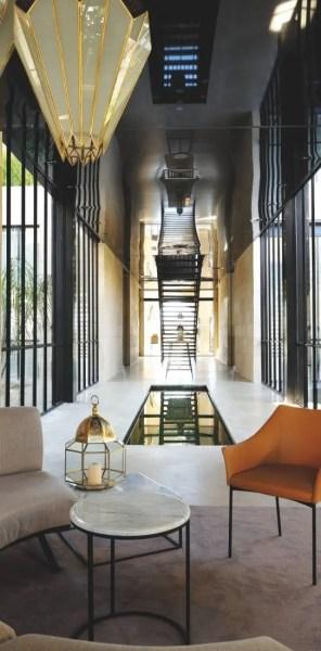 Dès le lobby, les codes du design sont là mais s'associent à une expression épurée de la tradition locale, bassins de zelliges et plâtres sculptés en tête.