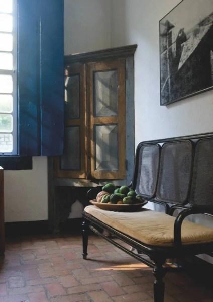 """Une fazenda est """"le lieu où l'on fait"""", la ferme. Sa décoration devait donc refléter cette histoire : un mobilier sobre en bois tropical local, le jacaranda, et des tirages photos en noir et blanc représentant les gens du village de Catuçaba, dont certains sont les descendants des premiers propriétaires (français) de la Fazenda, vers 1850."""