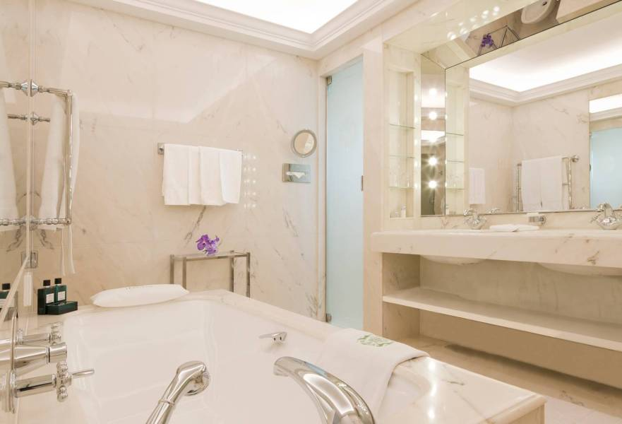 LeBristolParis-TheTerraceSuite-Bathroom_1582