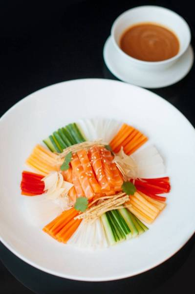 Saumon-Lo-Hei----Menu-Nouvel-An-Chinois---Shang-Palace---Shangri-La-Hotel,-Paris---©Skiss