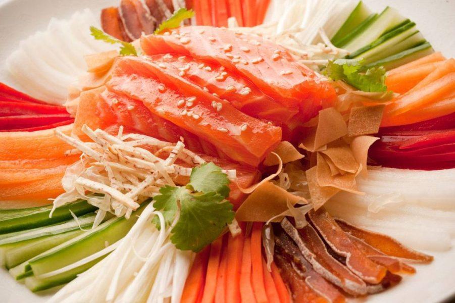 Shang-Palace_-Saumon-Lo-Hei---Sashimi-de-saumon,-fruits-et-legumes-emincés,-julienne-de-meduse