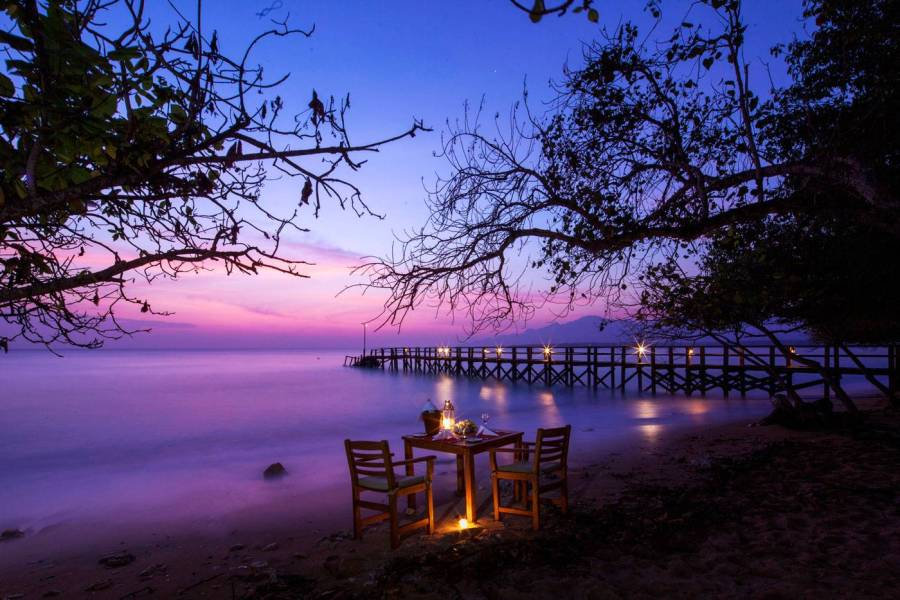 Romantic-Dinner-by-The-Beach