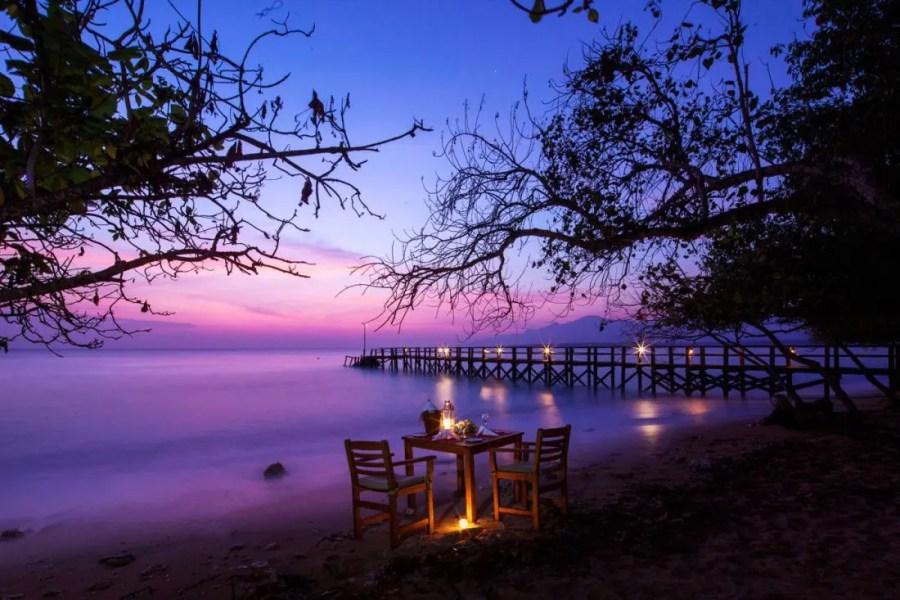 Romantic-Dinner-by-The-Beach