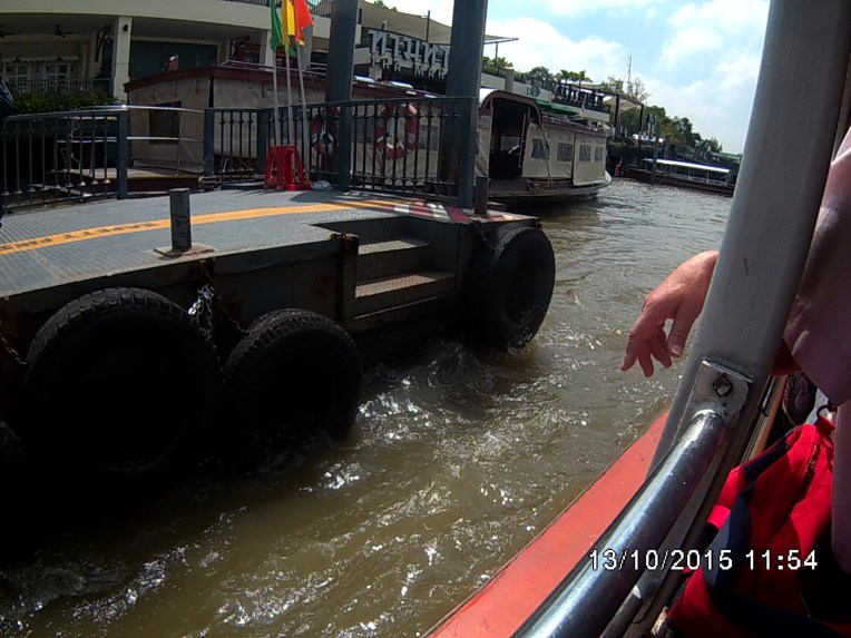 Transportasi sungai di Bangkok . Cukup membayar 20 Bath dari Marine Dept ke Ta Chang Pier. Sepanjang perjalanan akan disuguhkan Wat Arun di samping Sungai, bahkan kalau beruntung keliatan Grand Palace