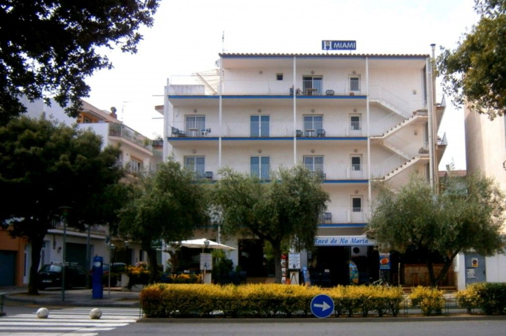 Fachada Hotel y Terraza